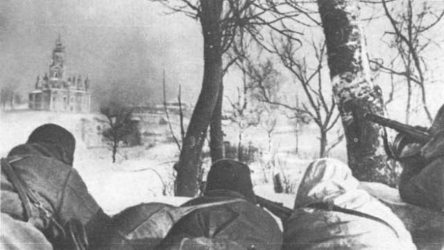 Red Army troops approaching Mozhaisk (January 1942)