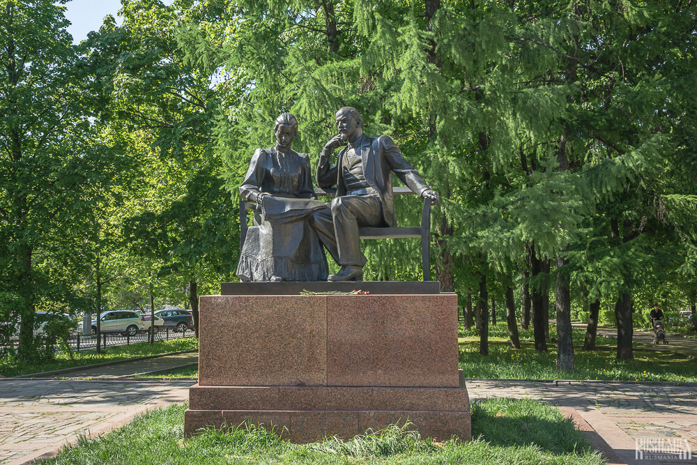 Lenin and Krupskaya monument in Moscow