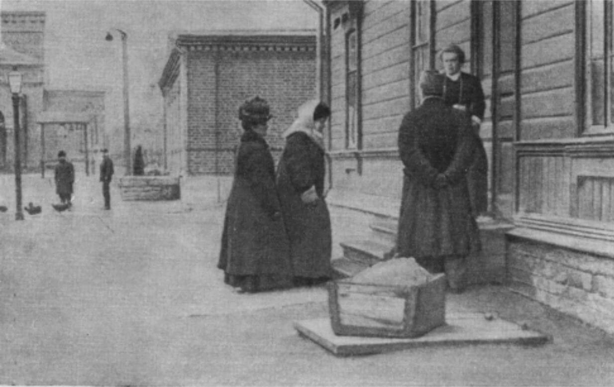 Tolstoy's wife near the Ozolin House. 1910